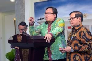 Menkeu Bambang Brodjonegoro didampingi Seskab Pramono Anung memberikan keterangan pers usai ratas, Senin (25/4) sore, di Kantor Presiden, Jakarta. (Foto: Humas/Jay)