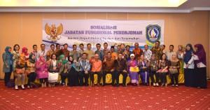 Deputi Bidang Dukungan Kerja Kabinet berfoto bersama seluruh peserta sosialisasi jabatan fungsional penerjemah di Batam, Kepri (21/4). (Foto: Humas/Oji)