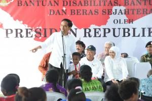 Presiden Jokowi memberikan program bantuan kepada masyarakat di Manokwari, Selasa (5/4) siang.