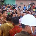Presiden Jokowi menjabat tangan warga yang antusias menyambutnya saat melaksanakan solat Jumat, di Masjid Al-Hidayah, Desa Talabiu, Kab. Bima, NTB, Jumat (29/4) siang
