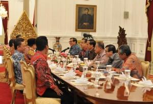 Presiden Jokowi didampingi sejumlah menteri melakukan rapat konsultasi dengan pimpinan DPR, di Istana Merdeka, Jakarta, Jumat (15/4) pagi. (Foto: JAY/Humas)