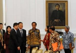 Presiden Jokowi saat menerima delegasi Tiongkok di Istana Merdeka, Jakarta (13/4). (Foto:Humas/Jay)