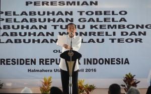 Presiden Jokowi memberi arahan pada saat peresmian lima pelabuhan di Pelabuhan Tobelo, Halmahera Utara, Rabu (6/4) siang. (Foto: Humas/Rahmat)