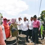 Menteri Desa, Pembangunan Daerah Tertinggal, dan Transmigrasi Marwan Jafar berbincang dengan warga dalam sebuah kunjungan kerja ke daerah
