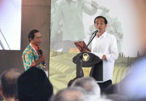 """Presiden Jokowi berdialog dengan warga pada peluncurkan program & quot;Sinergi Aksi Untuk Rakyat"""", di Brebes, Jateng, Senin (11/4) siang. (Foto: Agung/Humas)"""