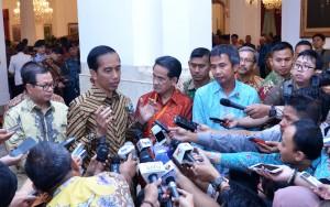 Presiden Jokowi menjawab pertanyaan wartawan, Selasa (26/4), di Istana Negara, Jakarta. (Foto: Humas/Jay)