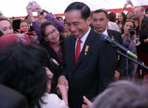 Presiden Jokowi di tengah-tengah masyarakat Indonesia di Inggris (19/4). (Foto: Humas/Nia).