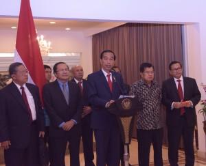 Presiden Jokowi memberikan keterangan pers mengenai hasil kunjungannya ke Uni Eropa (23/4) (Foto: Humas/Nia)
