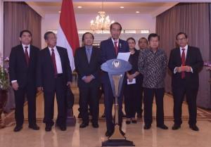 Presiden Jokowi saat memberikan keterangan pers di bandara Halim Perdanakusuma, Jakarta (23/4). (Foto: Humas/Uni)