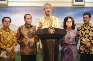 Ketua KAGAMA (Keluarga Alumni Universitas Gadjah MAda) Ganjar Pranomo memberikan keterangan pers usai bertemu Presiden Jokowi di Kantor Presiden, Jakarta (28/4). (Foto: Humas/Rahmat)