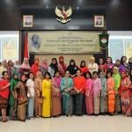 Penasihat DWP Setkab Hani Pramono Anung (depan tengah berkebaya hijau) berfoto bersama anggota DWP Setkab dalam peringatan Hari Kartini, di Aula Gedung III Kemensetneg, Jakarta, Jumat (29/4) pagi. (Foto: JAY/Humas)
