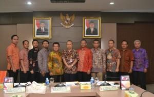Asdep Humas dan Protokol beserta rombongan berfoto dengan Pemerintah Provinsi Sumatera Selatan. (22/4). (Foto: Jay).