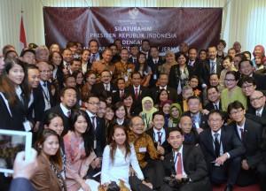 Presiden Jokowi berfoto bersama Dubes dan warga negara Indonesia di KBRI, Jerman (18/4). (Foto: Humas/Deni)