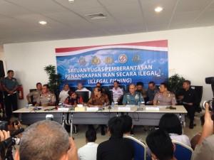 Menteri Kelautan dan Perikanan Susi Pudjiastuti didampingi Menko Kemaritiman Rizal Ramli memimpin penenggelaman 23 kapal pelaku illegal fishing, dari kantor KKP, Jakarta, Selasa (5/4)