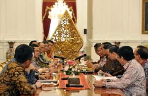 Presiden Jokowi didampingi sejumlah menteri menerima pengurus KEIN, di Istana Merdeka, Jakarta, Jumat (15/4) siang. (Foto: JAY/Humas)