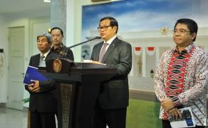 Seskab Pramono Anung memberikan keterangan usai Rapat Terbatas di Kantor Presiden, Jakarta (15/4). (Foto:Humas/Rahmat).