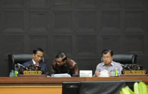 Presiden Jokowi mendengarkan laporan Seskab sebelum sidang kabinet paripurna, di Kemensetneg, Jakarta, Kamis (7/4). (Foto: JAY/Humas)