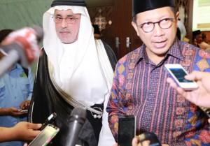 Menag Lukman Hakim Saifuddin bersama Dubes Arab Saudi Mustafa Ibrahim Al-Mubarak, di kantor Kemenag, Jakarta, Kamis (31/3)