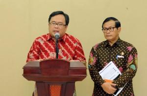 Menkeu Bambang Brodjonegoro didampingi Seskab menyampaikan rincian RAPBN-P 2016, di Gedung Utama Kemensetneg, Jakarta, Kamis (7/4) siang. (Foto: JAY/Humas)