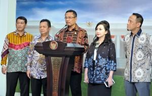 Menperin Saleh Husin didampingi pengurus KEIN menyampaikan keterangan pers seusai diterima Presiden Jokowi, di Istana Merdeka, Jakarta, Jumat (15/4) siang. (Foto: JAY/Humas)