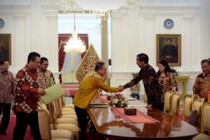 Presiden Jokowi menerima Ketua MPR Zulkifli Hasan beserta wakilnya di Istana Merdeka, Kamis (14/4) sore. (Foto: Humas/Oji)