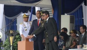 Presiden Jokowi didampingi KSAL, Panglima TNI, dan Gubernur menekan tombol sirene tanda dimulainya  IFR 2016, di Padang, Sumbar, Selasa (12/4) pagi. (Foto: Fitri/Humas)