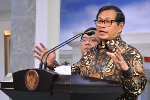 Seskab Pramono Anung menyampaikan keterangan pers terkait hasil rapat terbatas, di kantor Presiden, Jakarta, Kamis (28/4) petang. (Foto: Deni S/Humas)