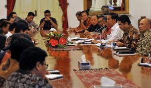 Presiden Jokowi didampingi Menko Perekonomian Darmin Nasution, Kepala BKPM, dan Kepala Staf Presiden saat mengumumkan paket kebijakan Jilid 12, Istana Negara, Jakarta Kamis (28/4) petang. (Foto: Humsa/Rahmat)