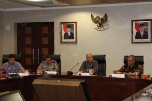 Kepala Staf Presiden, Teten Masduki, memimpin rapat membahas Panama Papers, di kantor KSP, kawasan Istana Kepresidenan, Jakarta, Selasa (19/4)