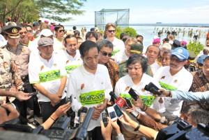 Presiden Jokowi didampingi Menteri LHK dan Kepala Staf Presiden menjawab wartawan, di Kepulauan Seribu, DKI Jakarta, Kamis (14/4) pagi
