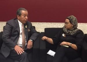 Menlu Retno Marsudi berbincang dengan Menlu Malaysia Anifah Amman, di sela-sela KTT OKI, di Istambul, Turki, Selasa (12/4)