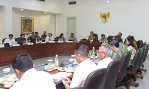 Presiden Jokowi memimpin rapat terbatas soal pengampunan pajak, di kantor Kepresidenan, Jakarta, Senin (25/4) sore. (Foto: JAY/Humas)