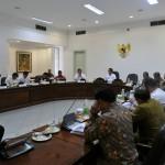 Presiden Jokowi memimpin rapat terbatas tentang pelayanan publik, di kantor Presiden, Jakarta, Kamis (28/4) sore. (Foto: Deni S/Humas)