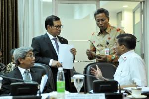 Wamenlu bersama Seskab berbincang sebelum Rapat Terbatas di Kantor Presiden, Jakarta (15/4). (Foto: Humas/Rahmat).