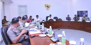 Presiden Jokowi memimpin rapat terbatas membahas pagu indikatif 2017, di kantor Presiden, Jakarta, Kamis (28/4) sore. (Foto: Deni S/Humas)