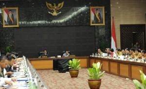 Presiden Jokowi didamping Wapres Jusuf Kalla memimpin sidang kabinet paripurna, di Gedung Utama Kemensetneg, Jakarta, Kamis (7/4) pagi. (Foto: JAY/Humas)