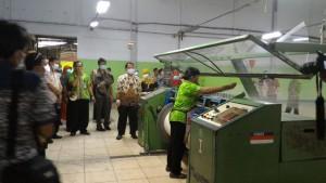 Insan kehumasan dari beberapa K/L yang tergabung dalam Bakohumas melakukan blusukan, di sebuah pabrik tekstil, di Solo, Jumat (15/4) pagi. (Foto: Edi Nurhadianto/Humas)