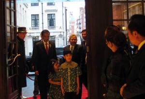 Presiden Jokowi tiba di Hotel Grosvenor House, Senin (18/4) malam waktu setempat, guna memulai kunjungan kerja di Inggris (Foto: Setkab/Tyas)