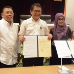 Menkominfo Rudiantara didampingi pejabat dari Kemendagri menunjukkan naskah kerjasama penggunaan nomor telpon 112, di kantor Kemendagri, Jakarta, Kamis (28/4)