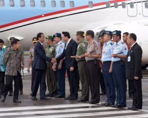 Presiden Jokowi tiba di Indonesia usai lawatannya ke 4 negara di Uni Eropa, Sabtu (23/4) sore. (Foto: Humas/Nia)