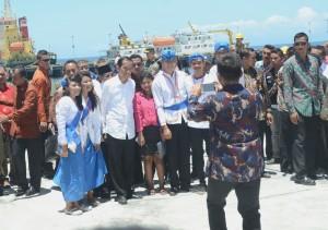 Presiden Jokowi dengan antusias memenuhi permintaan foto warga saat meresmikan Pelabuhan Tobelo, di Halmahera Utara, Maluku Utara, Rabu (6/4) siang. (Foto: Rahmat/Humas)