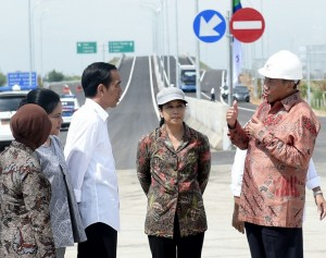 Presiden Jokowi didampingi Ibu Iriana serta sejumlah pejabat saat meninjau perkembangan pembangunan Jalan Tol Pejagan-Pemalang (11/4) (Foto: BPMI/Cahyo)