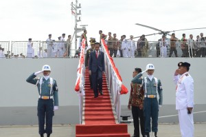 Presiden Jokowi menuruni tanggap KRI Teluk Bayur, setelah membuka kegiatan International Fleet Review (2016, di Padang, Sumbar, Selasa (12/4) pagi. (Foto: Fitri/Humas)