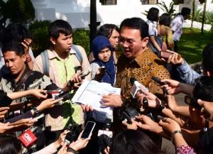 Gubernur DKI Jakarta Basuki Tjahaja Purnama menjawab wartawan mengenai reklamasi Jakarta, di kantor Presiden, Jakarta, Rabu (27/4) sore. (Foto: Dani K/Humas)