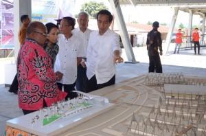 Presiden Jokowi meninjau Pasar Pharaa, Sentani, Papua (30/4). (Foto: BPMI)