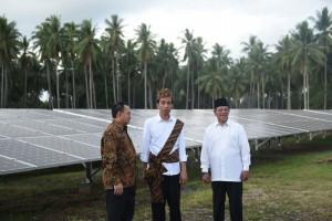Presiden Jokowi dan Menteri ESDM Sudirman Said saat meninjau PLTS Hybrid dan PLT Mikro Hidro (5/4). (Foto: BPMI/Rusman)