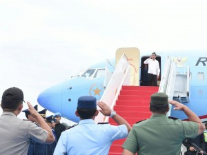 Presiden Jokowi bertolak ke Bandara I Gusti Ngurah Rai, Bali dari Pangkalan TNI AU Halim Perdanakusuma, Jakarta, Sabtu (14/5) sore, dengan menggunakan Pesawat Kepresidenan Indonesia-1. (Foto: BPMI)