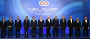 Presiden Jokowi berfoto bersama dengan peserta KTT ASEAN-Rusia, Jumat (20/5), di Radisson Blu Resort & Congress Centre, Sochi Rusia. (Foto: BPMI/Rusman)