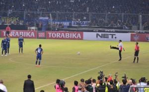 Presiden Jokowi saat kick off laga final Piala Bhayangkara 2016 di Stadion Gelora Bung Karno (3/3) (Foto: BPMI)