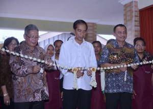 Presiden Jokowi Meresmikan Pasar Krendetan, Rabu (4/5), sore, di Purworejo, Jawa Tengah. (Foto: BPMI/Laily)